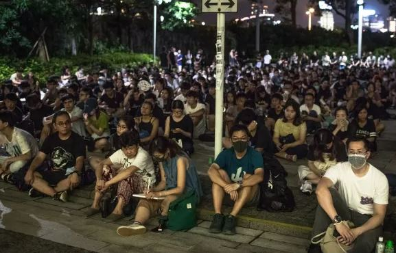 united-kingdom-thousands-of-people-are-leaving-hong-kong-and-going-to-britain