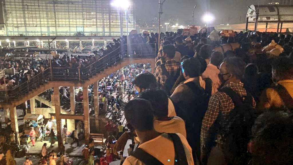 new-delhi-city-huge-rush-of-passengers-seen-at-kaushambi-bus-station-and-anand-vihar 69641
