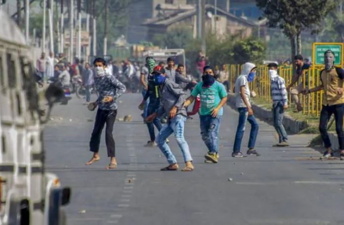 chitrakoot-naya-gaon-locals-attacks-police-while-trying-to-impose-weekend-lockdown