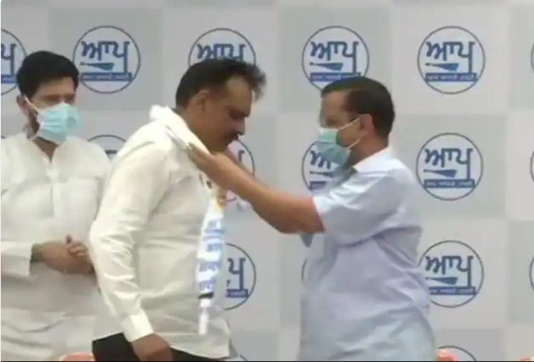 kejriwal with ex DIG